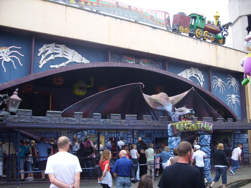 http://www.themeparkreview.com/parks/pimages/Blackpool_Pleasure_Beach/Ghost_Train/blackpool_and_stuff_121__800x600__193.jpg